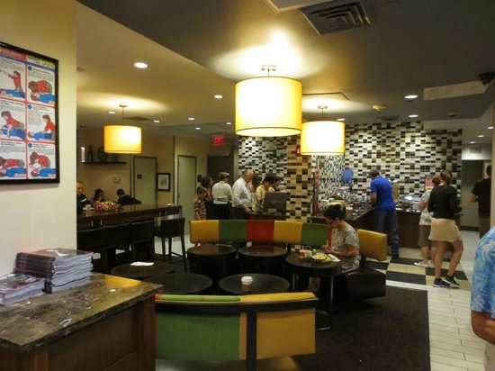 Hampton Inn Manhattan - Madison Square Garden Area : Overall view of breakfast room
