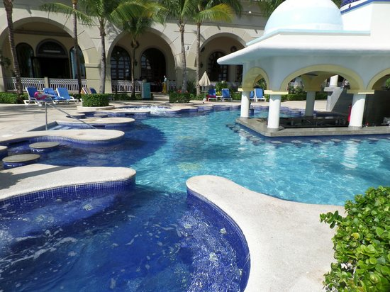Hotel Riu Cancun: Swim-up bar and hot tub pool before it gets packed with partiers