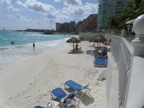 Hotel Riu Cancun: Beach in on water side of resort