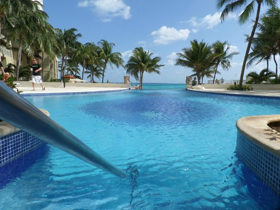 Hotel Riu Cancun: Tranquil double infinity pool on southern side of resort