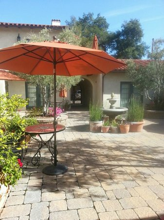 Su Nido Inn (Your Nest In Ojai): Su Nido Inn courtyard in front of our room