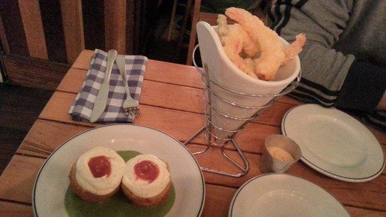 La Musa : bomba de patata y langostinos en tempura.