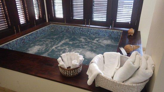 Deep Blue: Jacuzzi suite
