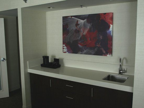 Delta Hotels by Marriott Fredericton : Living room wet bar coffee area