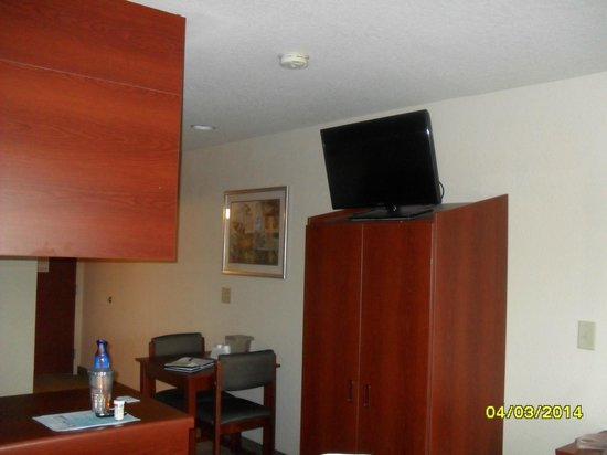 Microtel Inn & Suites by Wyndham Jasper: TV & closet