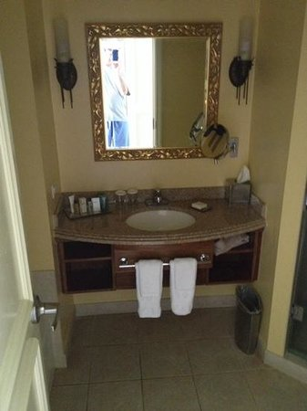 Hilton Barbados Resort: Bathroom had separate shower and tub.