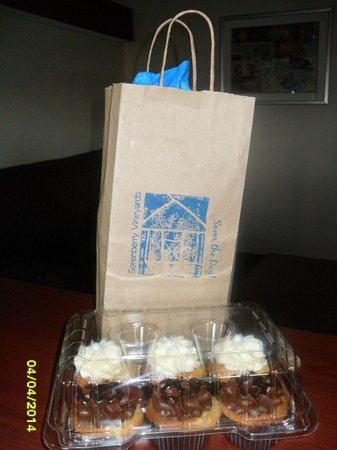 Microtel Inn & Suites by Wyndham Jasper: Wine & Cupcakes!!