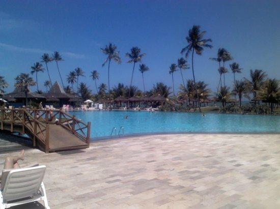 Vila Gale Mares: Foto da piscina com coqueiros da praia ao fundo