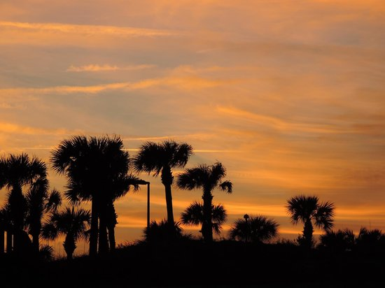 Hampton Inn Jacksonville Beach/Oceanfront: sunset behind hotel