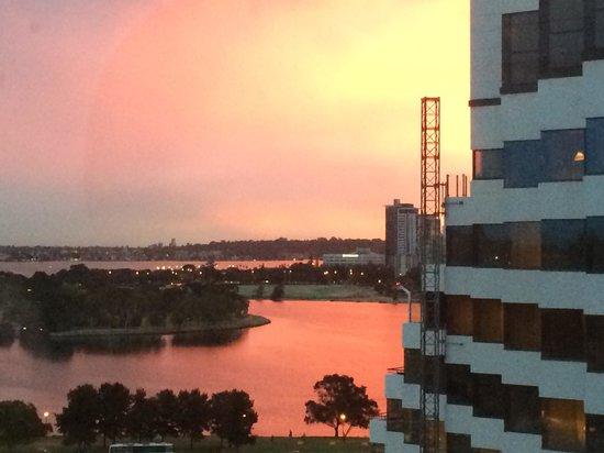 Crown Metropol Perth: Nine lounge sunset