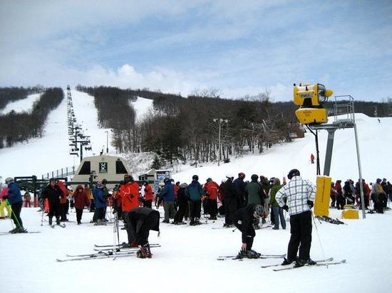 Whitetail Mountain Resort: Base of lift on a Saturday