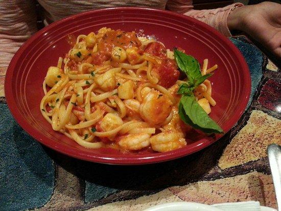 Carrabba's Italian Grill: Shrimp and scallops Alla vodka
