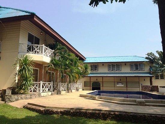 Chomtawan Resort : In front of main building & swimming pool Apr'14