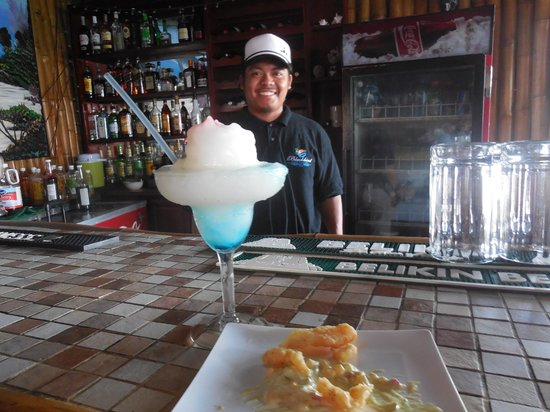 Blackbird Caye Resort : Gilbert the bartender!