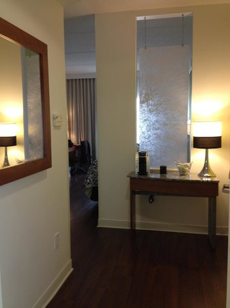 Hotel Indigo Columbus Downtown: Small foyer in room