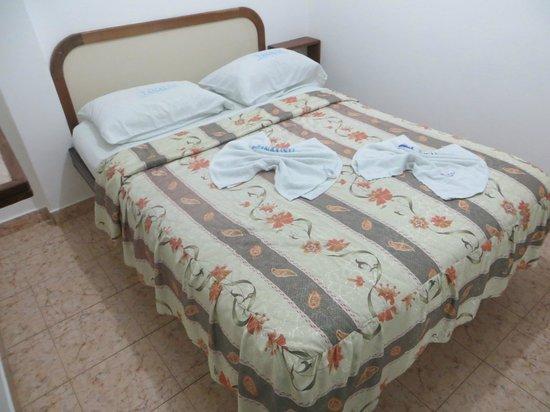 Hostal Tanausu: Cama confortável, ocupa quase todo o espaço do uqarto