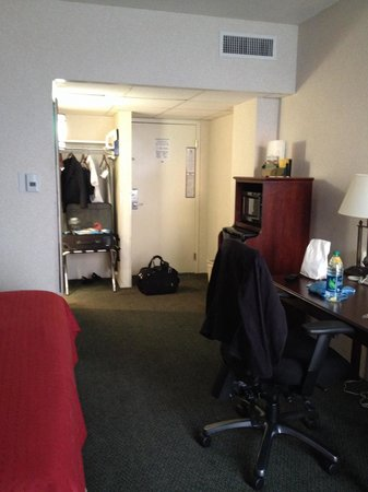 Holiday Inn - Airport Conference Center: Open concept closet.  Comfortable bed and spacious foyer