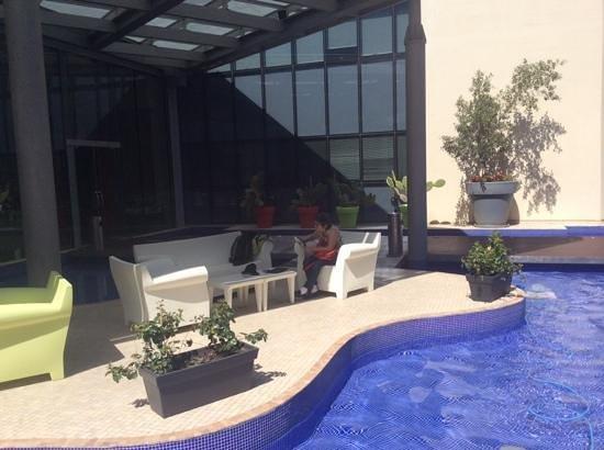 T Hotel: le patio  exterieur près du hall et bar.