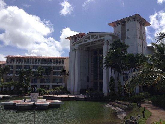 Leo Palace Resort: ホテルの湖側から でかい