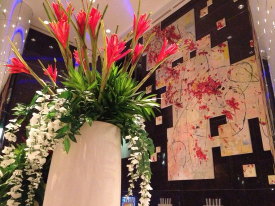 Acacia Hotel Manila: Beautiful art wall deco in the main lobby.