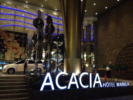 Acacia Hotel Manila: Beautiful entrance.