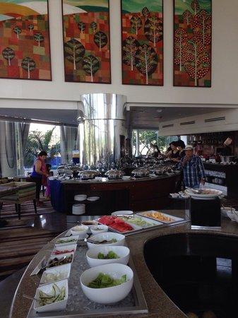 Acacia Hotel Manila: Acaci restaurant buffet area.