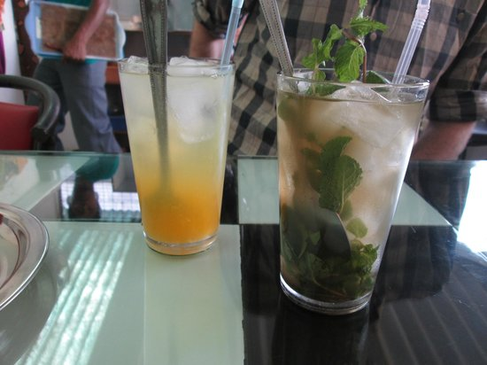 Aum Cafe: Lemon quench and iced green tea with mint