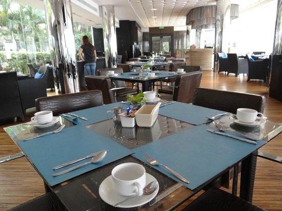 Ramada Plaza Bangkok Menam Riverside: Inside dining seat option