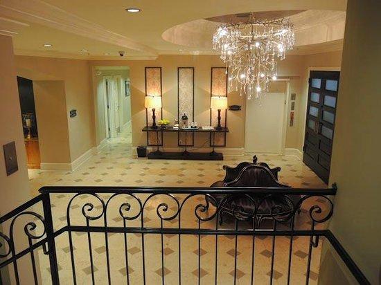 Hotel Ballard : Lobby Area/Elevator to Parking Garage