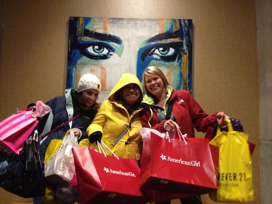 dana hotel and spa : Did some shopping before we started our night out! Just a 5 minute walk to magnificent mile shop