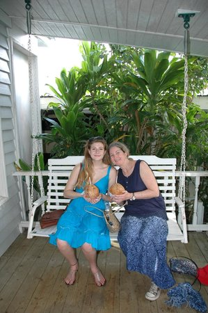 O'Keefe's Waterfront Inn: Drinking from coconuts on the porch swing