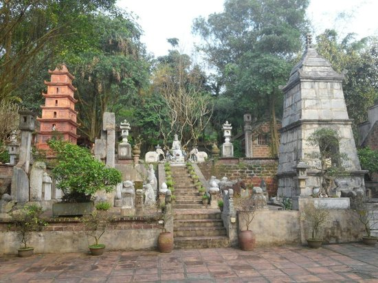 Thanh Chuong Viet Palace: Ancient stone statues