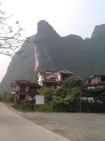 Yangshuo Phoenix Pagoda Fonglou Retreat : what a backdrop