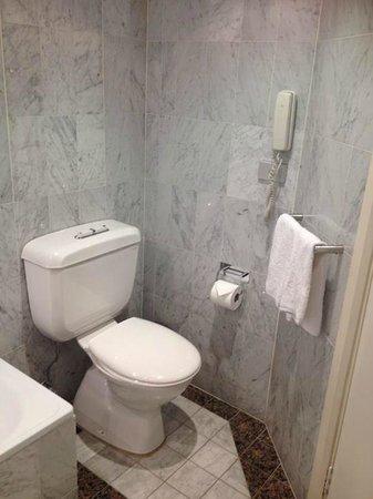 Quay West Suites Sydney : toilet