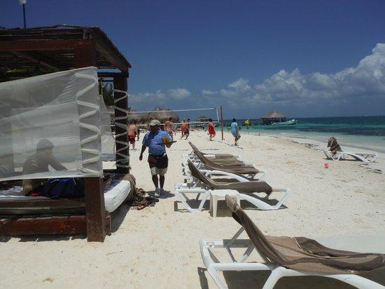 Azul Beach Hotel : Service on the beach