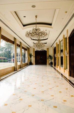 Shangri-La's Eros Hotel: Upstairs from the lobby