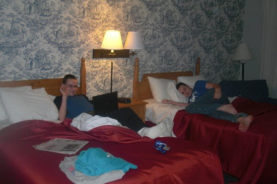 Woodlands Hotel & Suites - Colonial Williamsburg: Relaxing in our room.