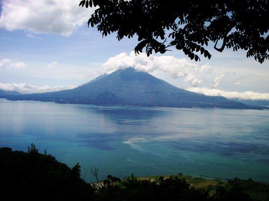 Vista Del Lago De Atitlan Desde El Mirador De San Jorge La