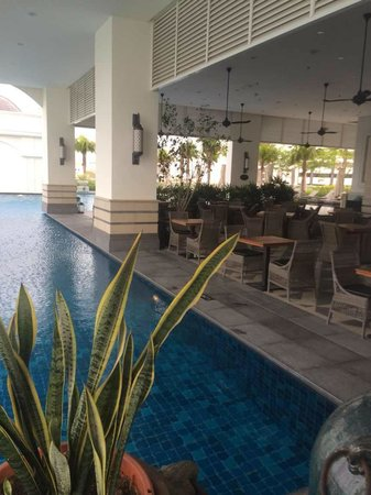 Eastern & Oriental Hotel: pool. adjacent to it is planters lounge