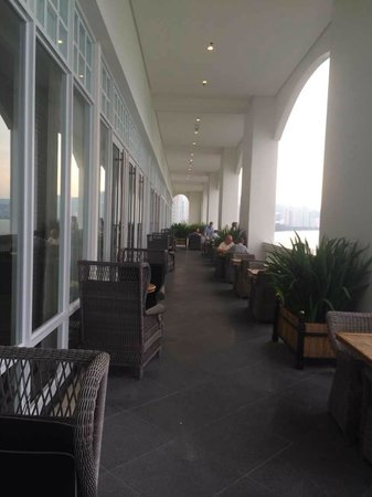 Eastern & Oriental Hotel: Outdoor seating of Planters lounge