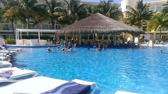 Azul Beach Resort Sensatori Mexico : Adult pool swim up bar.