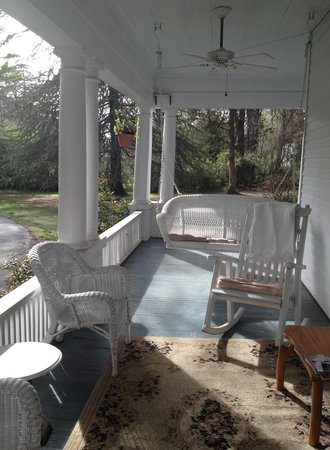 Hearthside Manor Bed and Breakfast: Front Porch Swing