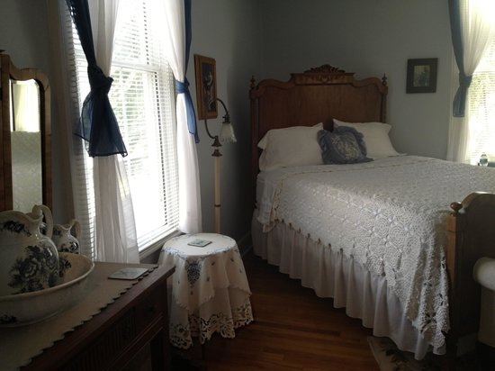 Hearthside Manor Inn: Laura-Bedroom