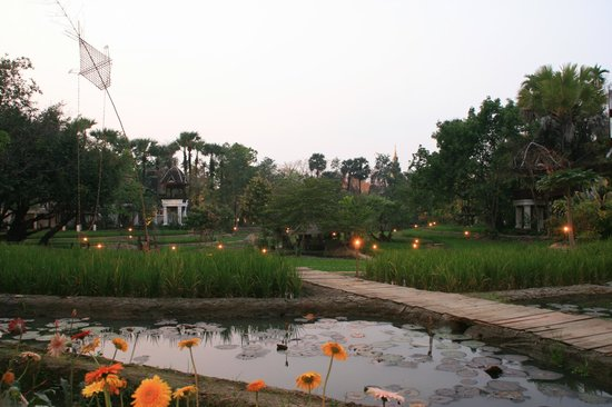 The Dhara Dhevi Chiang Mai: 夜は明かりが灯ってまた一味違います