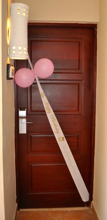 Dreams Palm Beach Punta Cana : Girls Happy BIrthday sign on their door. Nice touch.