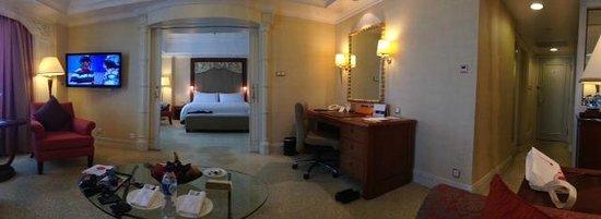Shangri-La Hotel Jakarta : Spacious room