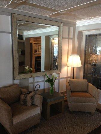 Heritage House Resort : Sitting area near dining room.