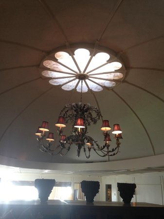 Heritage House Resort : Original light fixture in restaurant dining room.
