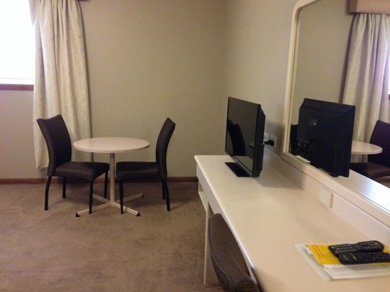 Best Western Southgate Motel : dining table & tv