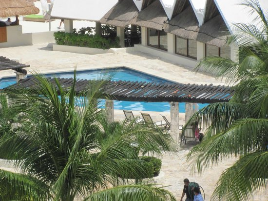 Ocean Spa Hotel : The pool area next to the restaurant and bar